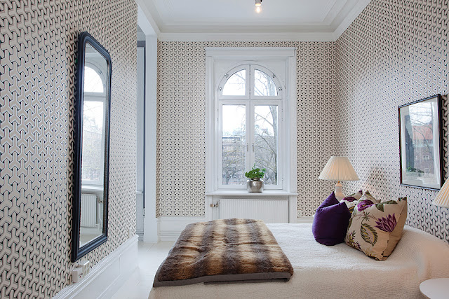 Apartamento decorado com cinza e tons de violeta. Blog Achados de Decoração