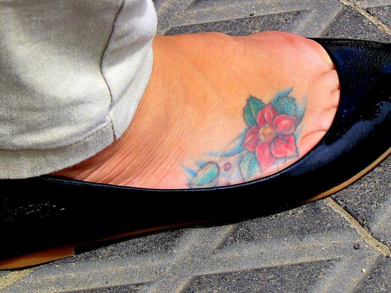 Тату иероглиф на ноге девушки 97