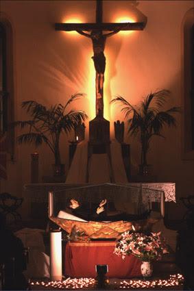 urna con le reliquie di Domenico Savio nella chiesa dell'Oratorio (2004)