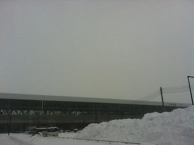 雪山の向こうに旭川駅が