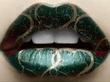 Boca ou lábios pintadosde verde com desenhos dourados