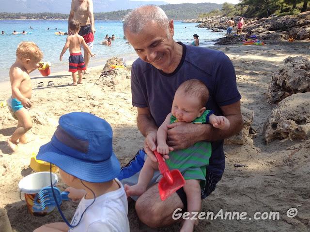 bebeğim ve abisi dedesiyle kumda oynarken, İncekum Marmaris