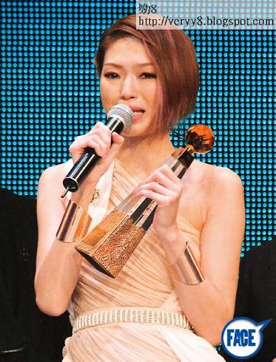 一連幾日被關楚耀前度數爆, Shiga已經心情低落,好彩《十大中文金曲》有獎攞。喺台上接過獎後, Shiga即喊不停。