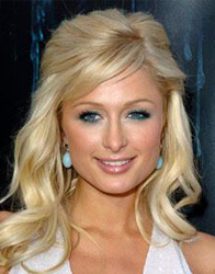 Paris Hilton, rosto quadrado, de cabelos com volume e franja