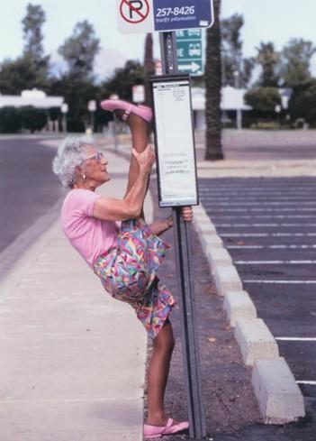 Velhota a ginasticar