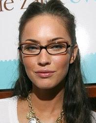 Megan Fox com óculos de grau