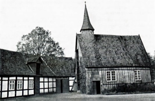 Iggenhausen. Alter Corveyscher Haupthof, dann Rittergut. Kapelle des 17. Jahrh. mit den der Biegung einer jetzt trockenen Gräfte folgenden Wirtschaftsgebäuden