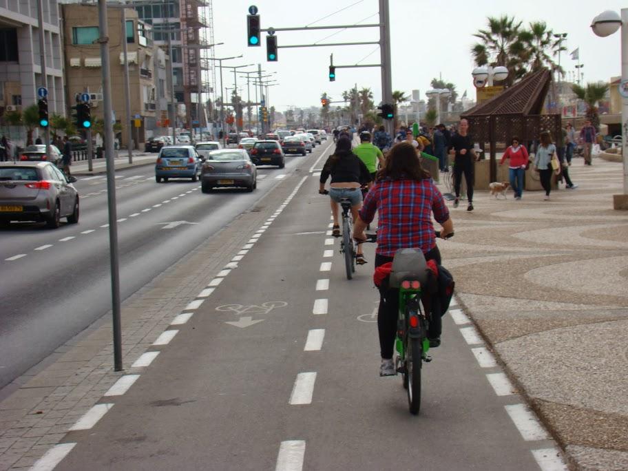 El carril-bici del paseo marítimo, que evita que los ciclistas deportivos usen la zona peatonal