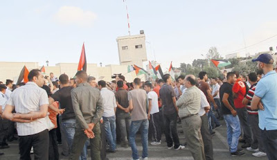 Palestinians for Dignity protesting in Ramallah, with a permit from police. Photo by Amira Hass