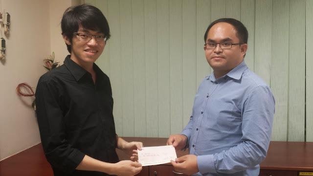 Chan Long Teng (left) receiving the Bursary Award from Mr Kent Teo, President of AJCAA.