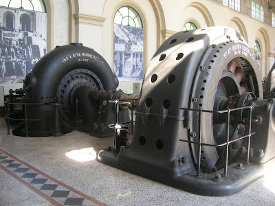 gruppo turbina Francis (a sinistra) e alternatore (a destra)