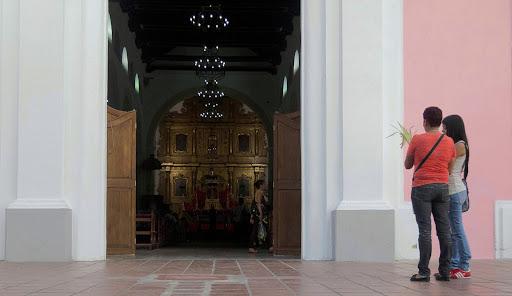Mujeres en la Puerta de la Iglesia