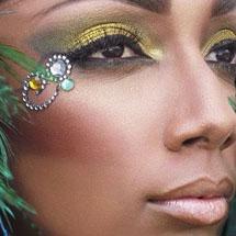 Maquiagem artística dourada com pedraria