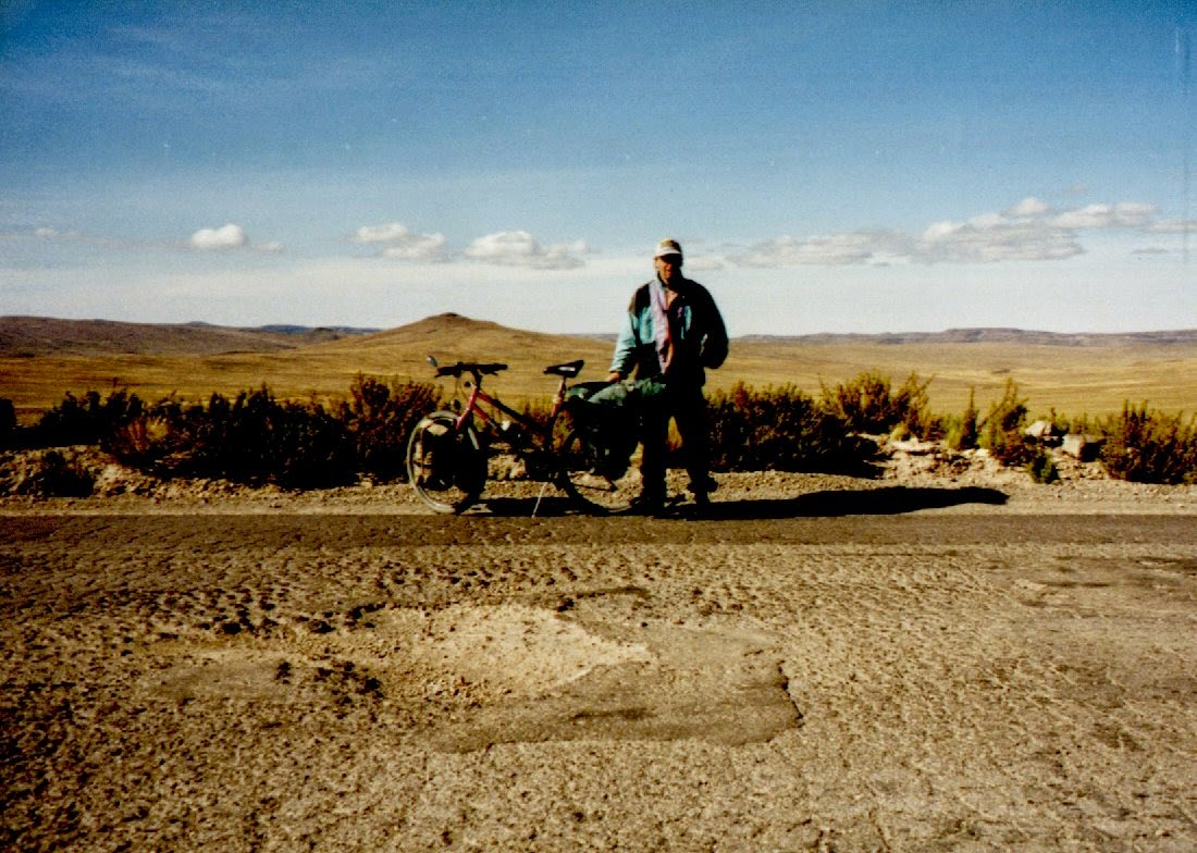 Der Pass in 4300 Meter Höhe ist unspektakulär flach. Von Nazca bis hierher sind es genau 99,5 Kilometer ununterbrochen bergauf.