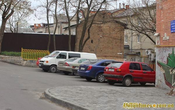 Парковка на місці цвинтаря 12 ст. П'ятницька Гірка