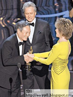 在珍芳達手上,李安喜獲最佳導演獎。(美聯社圖片)