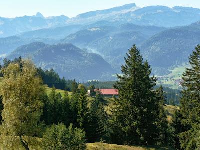Blick Richtung Kleinwalsertal zum Hoher Ifen im Vordergrund Sonthofener Hof Sonthofen Allgäu