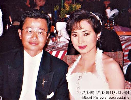 九八年,羅霖跟劉坤銘孖咇恩愛去 ball,當時的她仍然圓臉,下巴未變尖。