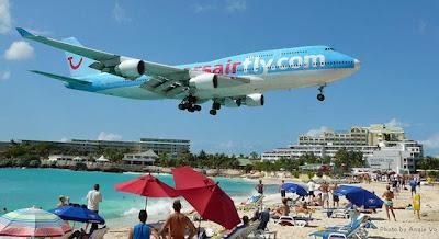 Aviões a aterrar na praia de São Martinho nas Caraíbas