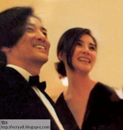 鄭伊健蒙嘉慧笑容一致燦爛,兩人在台上披露結婚感受時,齊齊喊到收唔到聲。