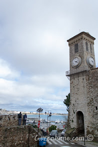 Cannes'da Le Suquet'teki saat kulesi