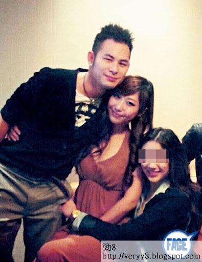 聖誕日,楊政龍嘅 Instagram最新圖片係同性感索女(英文名 V.C)攬腰貼胸,似乎又換 咗畫。