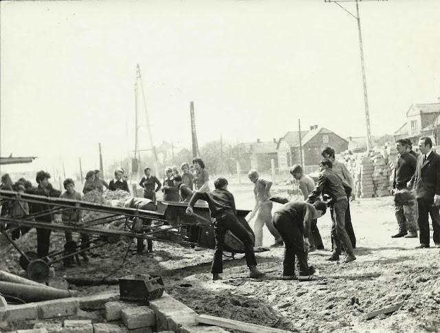 Zdjecia archiwalne - budowa szkoły wChrobrzu