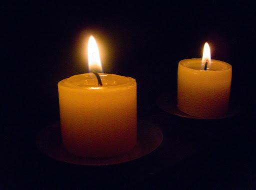 Foto de dos velas encendidas