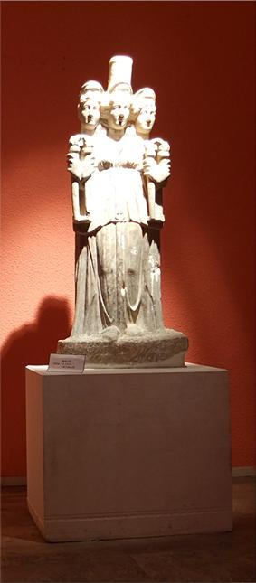 Escultura de la diosa Hekate - siglo III d.C.