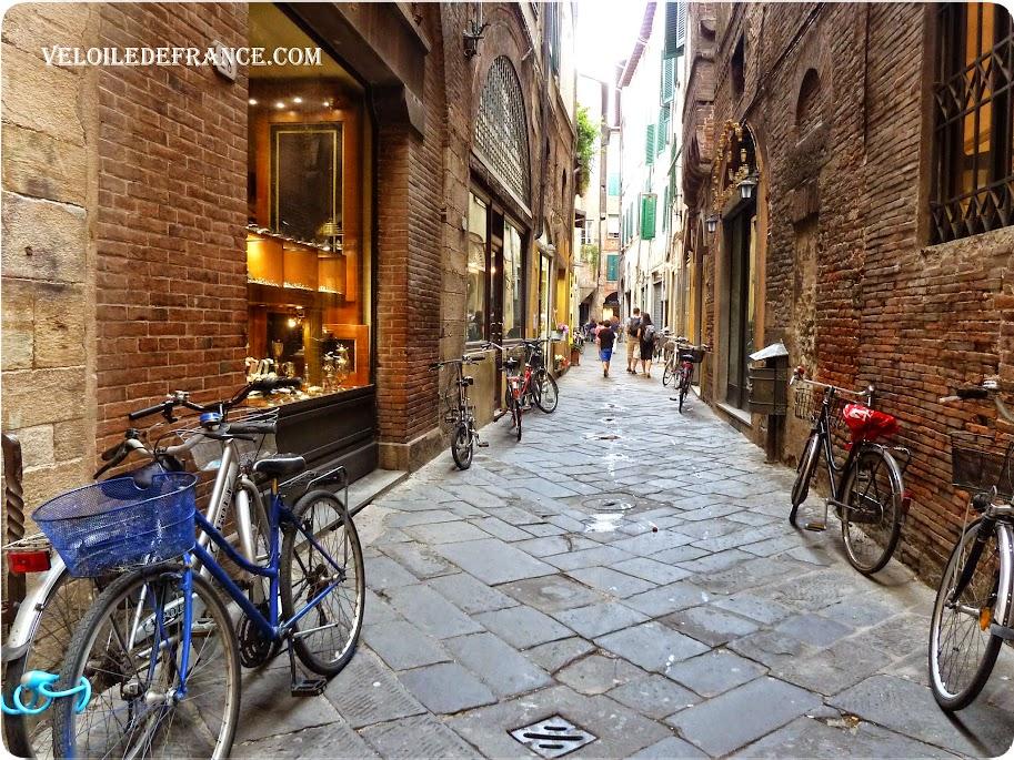 Les rues de Lucques (Lucca), en Toscane, Italie - Evasion à vélo en Italie par veloiledefrance.com
