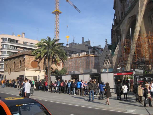 入場券を求める観光客の列@サグラダファミリア