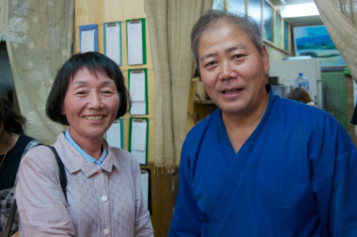 高井瑞枝さん(左)高田見発 店長(右)