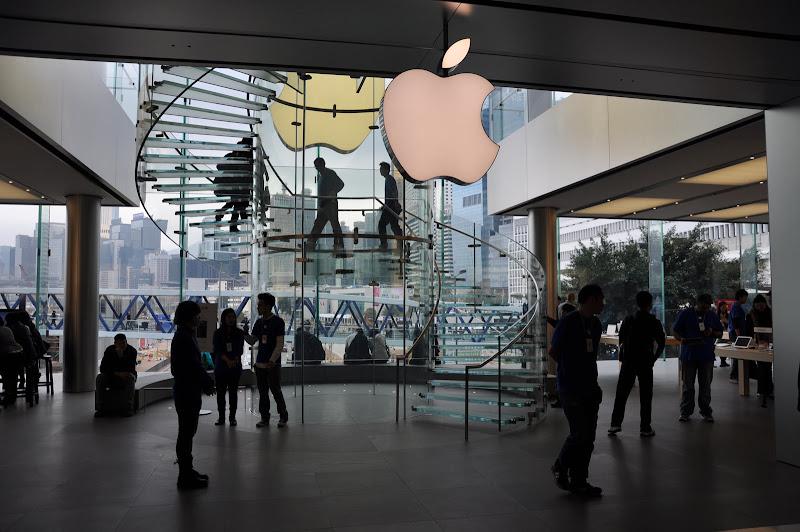 Внутри магазина Эппл в Гонконге