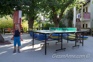 Bodrum, Bitez Garden Life'ın bahçesinde masa tenisi oynarken