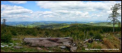 widok na odległe szczyty otaczających gór Sudetów