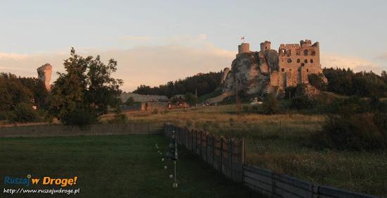 zamek Ogrodzieniec wieczorową porą