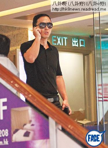 甄子丹未有戲拍,上週四( 4日)是悼念海難死者的哀悼日,他身穿黑衫、黑眼鏡在中環出現,邊講電話邊走入一間 cafe買咖啡外賣。
