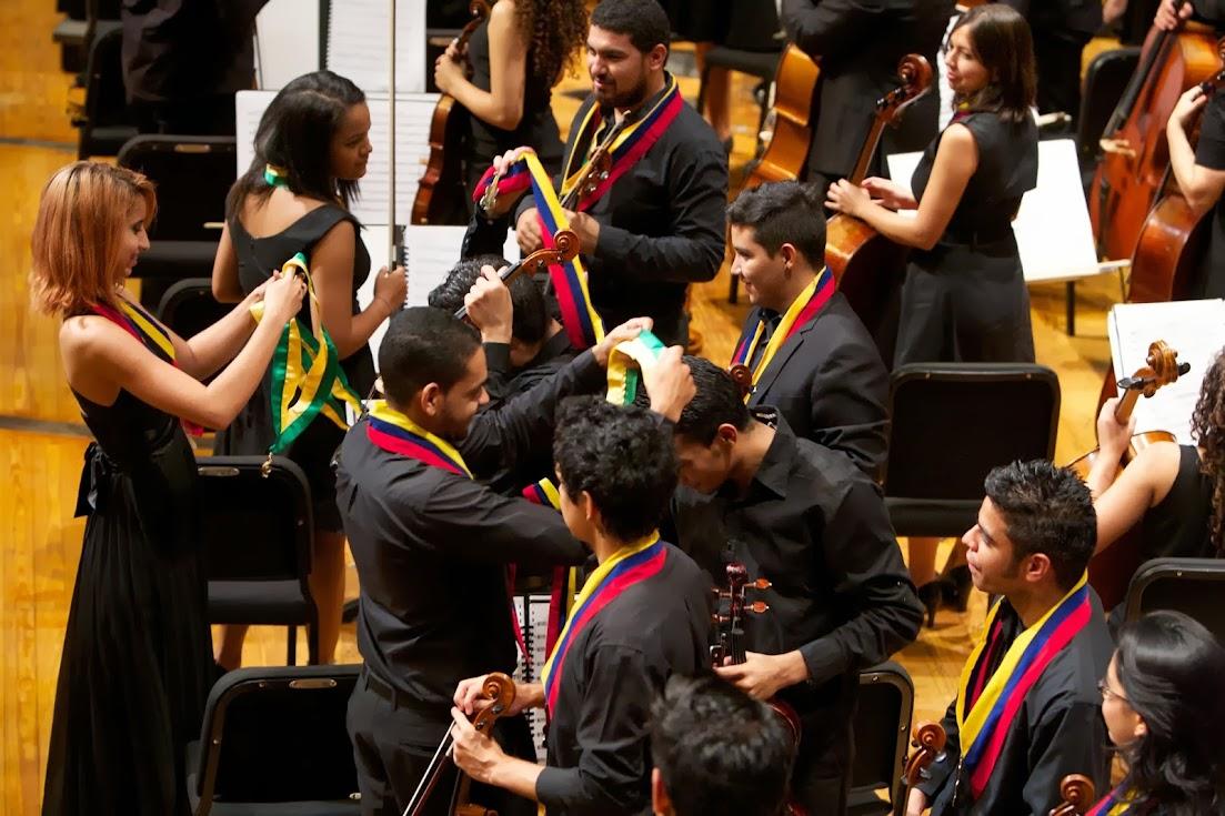 BRASIL Y VENEZUELA SE UNIERON EN UNA SOLA ORQUESTA. 51 músicos provenientes de las orquestas Jovem de Goiás; NEOJIBA, de Salvador da Bahia; Jovem Vale Música, de Belém do Pará; y la Orquestra de Recife de Pernambuco llegaron a Venezuela y se unieron musical y educativamente a los chicos de la Sinfónica Juvenil de Caracas para conformar la Orquesta Binacional Brasil-Venezuela que se presentó en la Sala Ríos Reyna del Teatro Teresa Carreño el 17 de noviembre