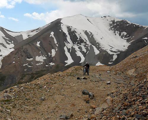 Kongurlen-Pass (Kongurlenk, Конгурленг, Конур-Улен, Конурулен, Хонгор-Олон, Конгур-Олен, Конгур Оленг, 3864 m): auf dem Serpentinen-Anstieg