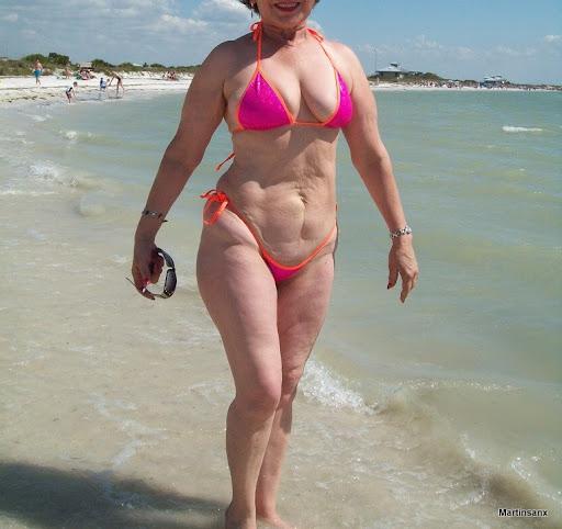 MI mama en la playa con su microbikini (fotos)