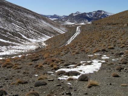 Schneereste: von der Dades- in die Todra-Schlucht, Atlas-Gebirge, Marokko