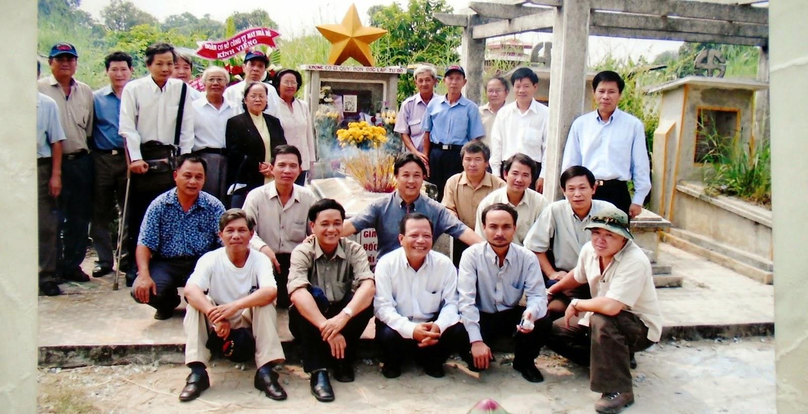 Ban Liên lạc phía Nam cùng thầy, cô giáo và chị Phan Thị Quyên viếng mộ anh Trỗi, ngày 15-10-2004.
