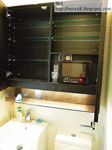 發展商特地在廁所梳妝鏡後裝上微型電視,背向坐廁,難道住戶邊刷牙邊看電視?(李育明攝)