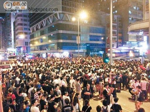 旺角深夜有逾千人在彌敦道聚集,佔領行車線。