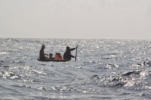 Cứu ngư dân ở Hoàng Sa giữa gọng kềm tàu Trung Quốc - ảnh 2