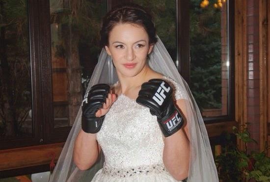 Đang đám cưới, nữ võ sĩ UFC 'nhớ nghề'