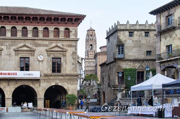 Poble Espanyol meydanı ve meydandaki gastronomi fuarı, Barselona