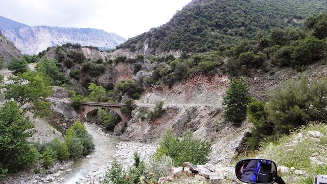 Το πέτρινο γεφύρι της Παναγιάς πριν την ιερά μονή Σπηλιάς