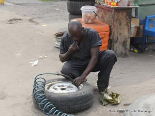 Réparateur de pneus « Quado » le 14/05/2012 le long d'une des avenues de Kinshasa. Radio Okapi/ Ph. John Bompengo