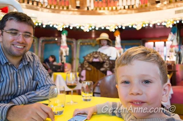 La Rotonde Brasserie'nin güzel ortamında yemek yerken, Le Negresco Nice